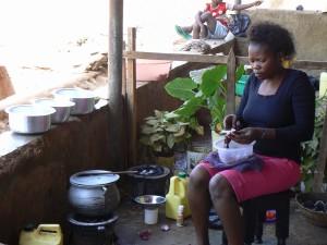 Sylvia con dos cocinas.