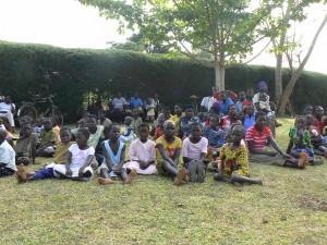 Niños de Butangasi, de expectadores