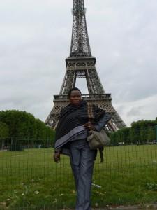 Con la manta massai en la Torre Eiffel