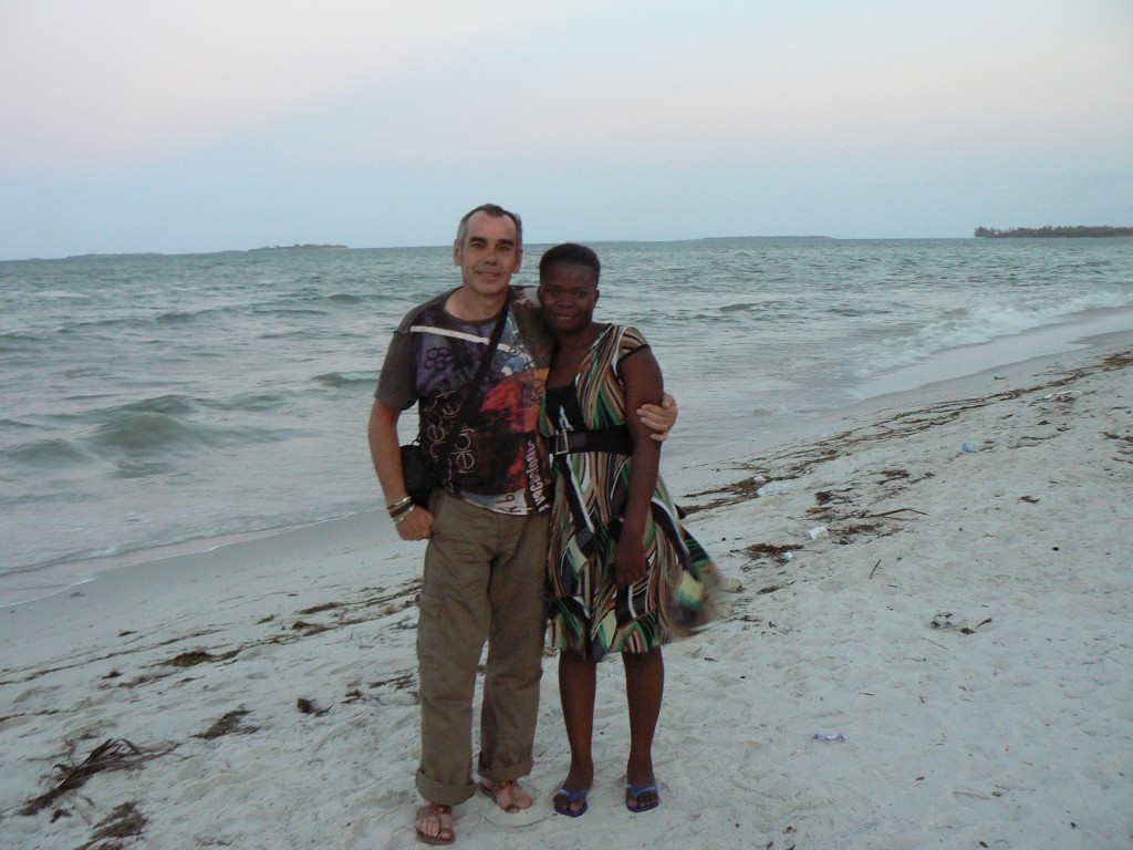 Con Sylvia en la playa de Dar es Salaam.