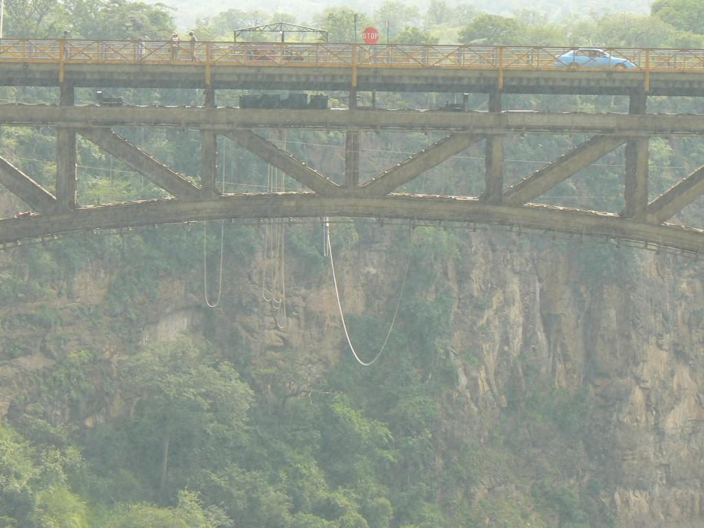 El tren sobre el puente en el Zambezze.