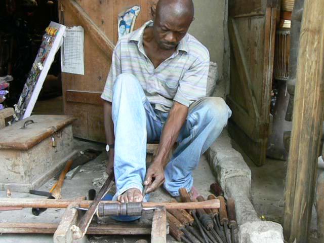 Un artesano con el torno de mano.